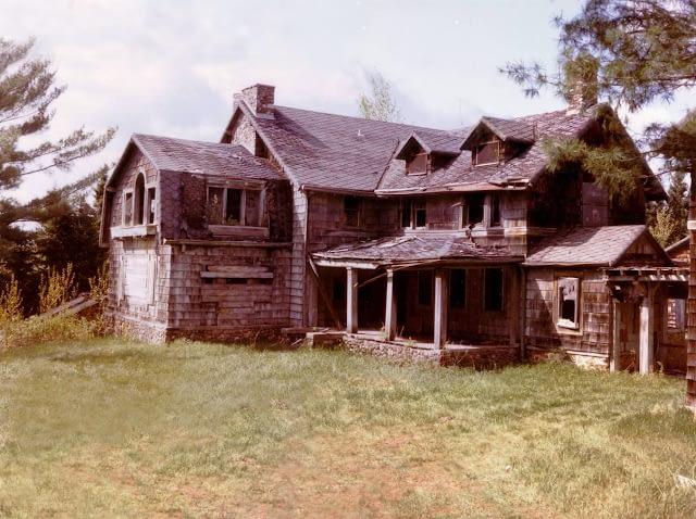 Abandoned brown building, falling apart